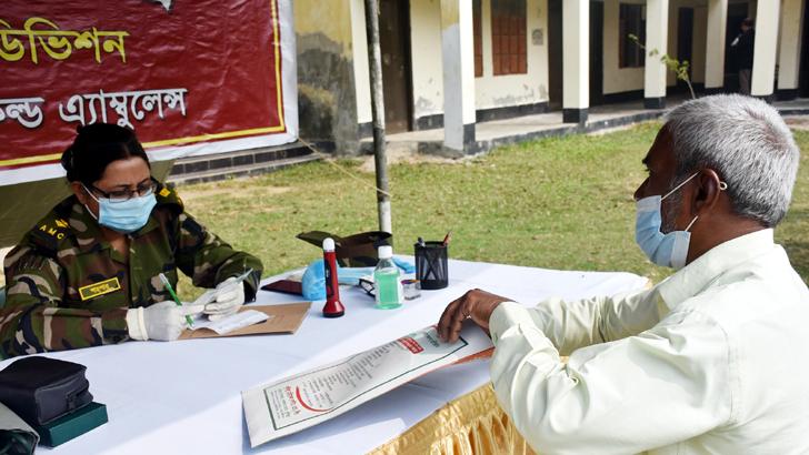 কুমিল্লায় সেনাবাহিনীর উদ্যোগে ১৩০০ হতদরিদ্রকে বিনামূল্যে চিকিৎসা
