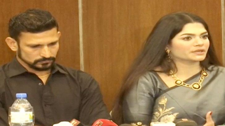 ক্রিকেটার নাসির হোসেন ও কেবিন ক্রু তামিমা তাম্মি