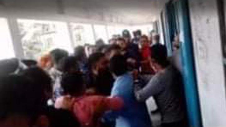 ইভিএমের বোতাম টেপা নিয়ে নৌকা সমর্থক-ভোটারদের সংঘর্ষ