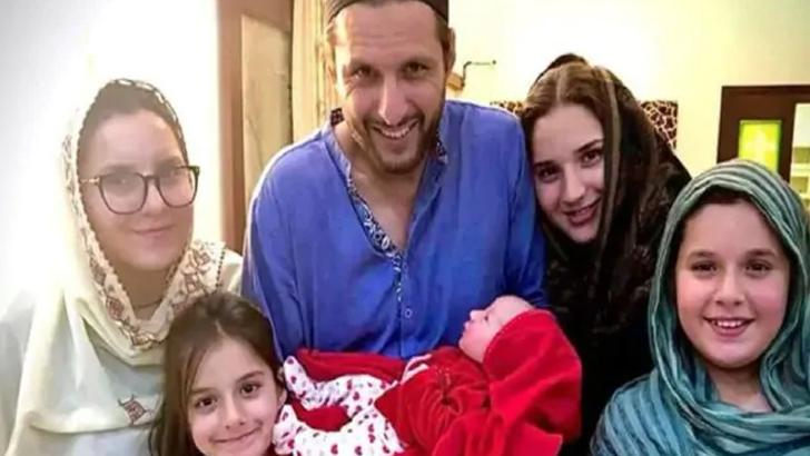 শহীদ আফ্রিদি ও তার পরিবার।
