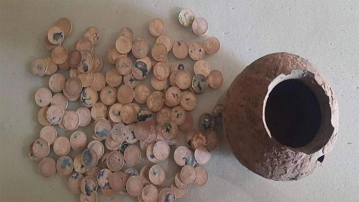 মাটি খুঁড়তেই বেরিয়ে এলো পাত্রভর্তি পুরনো মুদ্রা