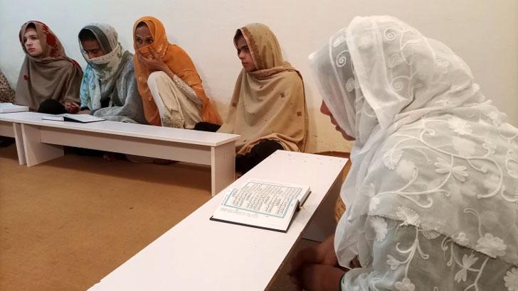 প্রথা ভেঙে পাকিস্তানে ট্রান্সজেন্ডার মাদ্রাসা চালু
