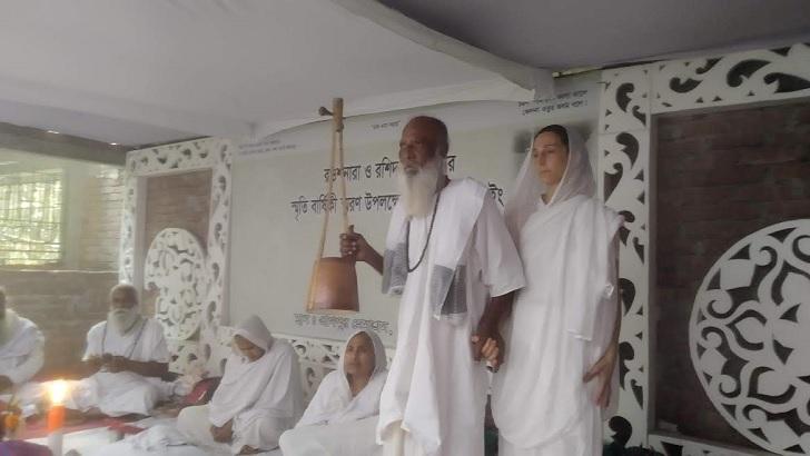 লালনচর্চায় ব্যস্ত ফরাসিনী দেবোরা।ছবি: আইরিন খান
