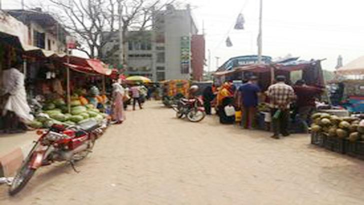 মির্জাপুরে ফুটপাত-রাস্তা দখল করে দোকানপাট