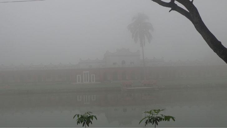 শেষ চৈত্রেও কুয়াশায় ঢাকা শেরপুর