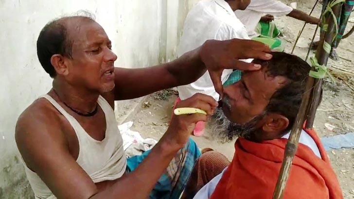 আধুনিকতার ছোঁয়ায় হারিয়ে যাচ্ছে 'হাটুরে সেলুন'