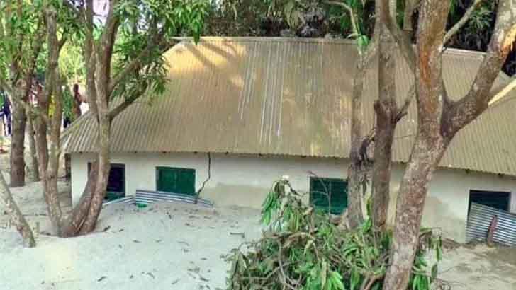 কুমারখালীতে ৪৬টি বাড়ি বালুচাপা