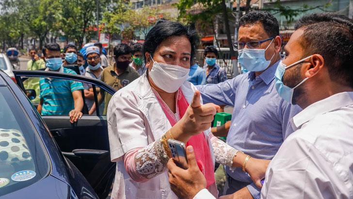 'চাহিবামাত্র' চিকিৎসকদের আইডি কার্ড দেখাতে বলেছে স্বাস্থ্য অধিদপ্তর