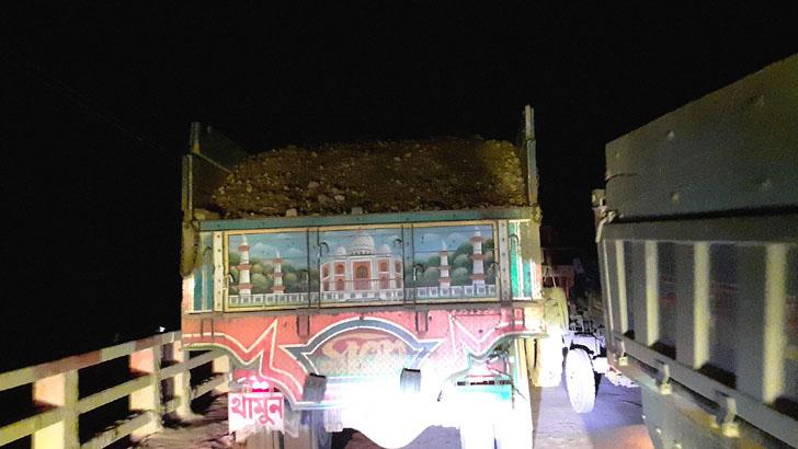 সরকারি নিষেধ অমান্য করে দুর্গাপুরে চলছে পাথর চুরি