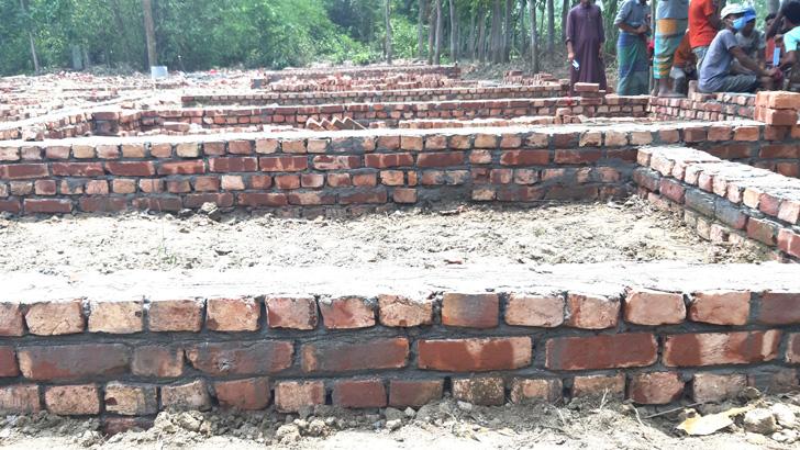 খাসজমিতে প্রধানমন্ত্রীর উপহারের ঘর নির্মাণে আ.লীগ নেতার বাধা
