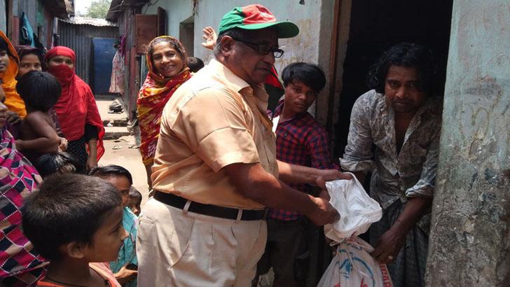 সোনারগাঁয়ে ভাতার টাকায় মুক্তিযোদ্ধার খাদ্যসামগ্রী বিতরণ