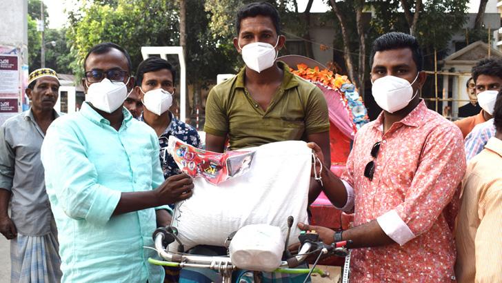 বাঞ্ছারামপুরে শ্রমিকদের মাঝে খাদ্যসামগ্রী ও নগদ অর্থ বিতরণ