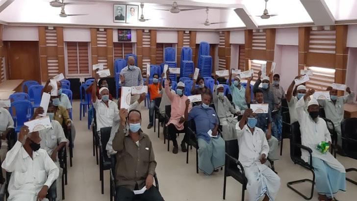 হাটহাজারীতে ঈদ উপহার পেলেন পরিবহন শ্রমিকরা