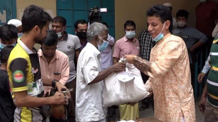 ঢাকা দক্ষিণ ৫৭নং ওয়ার্ডে অসহায় কর্মহীনদের ঈদ উপহার
