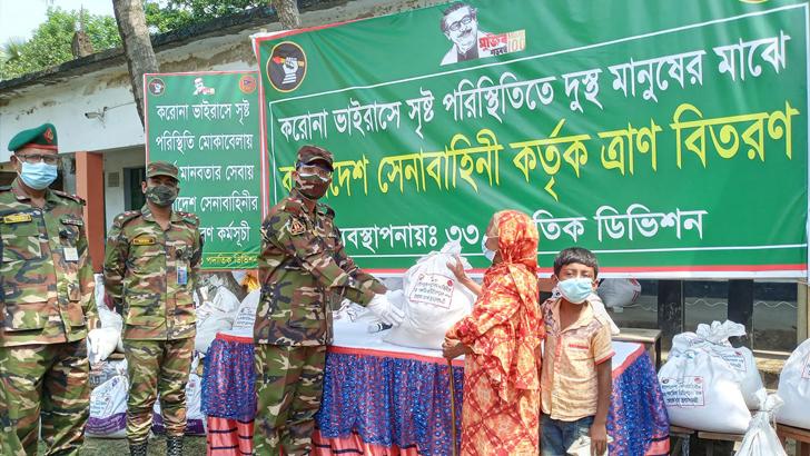 কুমিল্লায় সেনাবাহিনীর খাদ্য সহায়তা পেয়ে খুশি হতদরিদ্ররা