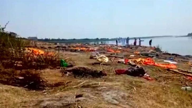 গঙ্গায় ভেসে উঠছে শতাধিক মৃতদেহ, ভারতে নতুন আতঙ্ক (ভিডিও)
