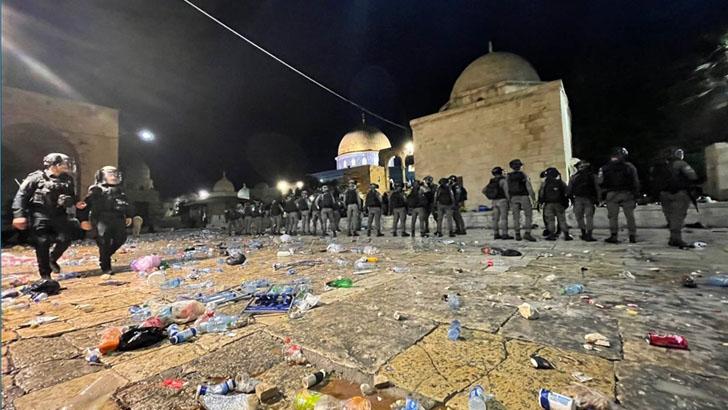 আল-আকসা মসজিদে ইসরাইলি বাহিনীর হামলা