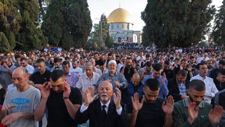 হুমকি উপেক্ষা করেই আল-আকসায় ঈদ জামাতে মুসল্লিদের ঢল