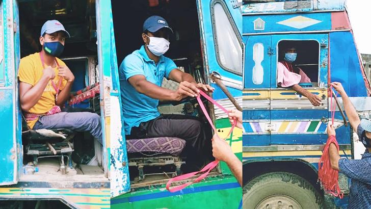 ভারতীয় ট্রাকচালকদের গলায় বেঁধে দেয়া হচ্ছে লাল ফিতা