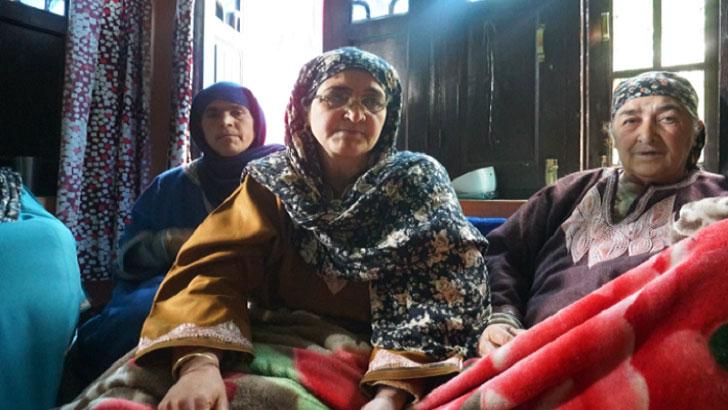 ছেলে শোয়াইব বশির মীরের মৃত্যুতে কাঁদছেন তার মা জামিলা বশির ( ছবিতে মধ্যখানে)