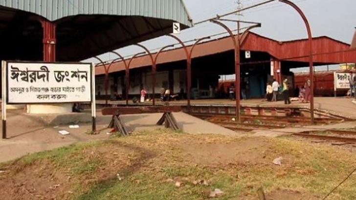 বিনাটিকিটের ৫০০ রেলযাত্রীকে নামিয়ে দিলেন কর্মকর্তা