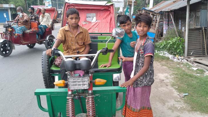 'স্কুল তো বন্ধ, হেল্লাই রিশকা চালাই'