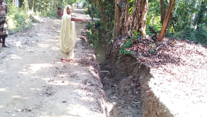 রাস্তায় খাল কেটে প্রকল্পের মাটি ভরাট
