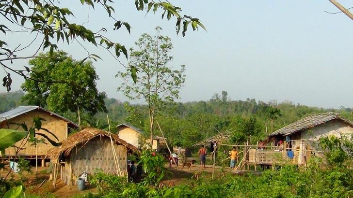 সীমান্তবর্তী আদিবাসী গ্রামে ঘরে ঘরে জ্বর-সর্দি-কাশি