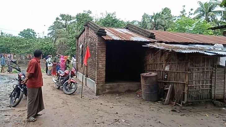 করোনা আক্রান্তের বাড়িতে লাল পতাকা, লজ্জা-ঘৃণায় রোগীর আত্মহত্যা
