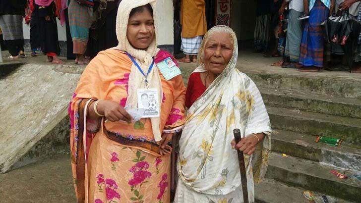 নাতনির সহযোগিতায় ভোট দিলেন শতবর্ষী হাজেরা