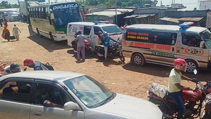 দৌলতদিয়া ঘাটে আটকা পড়েছে ঢাকামুখী শত শত যানবাহন