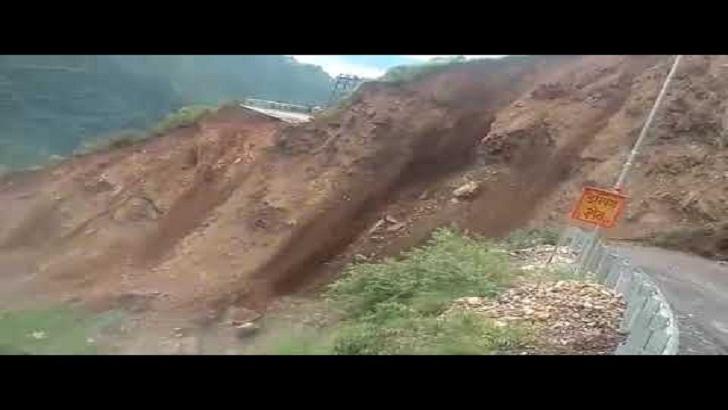 চোখের পলকে উধাও সড়ক (ভিডিও)