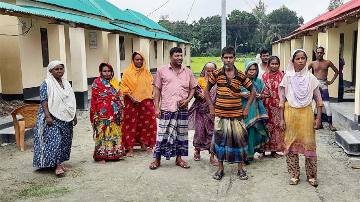 'প্রধানমন্ত্রীর দয়ায় পাকা দালান পাইছি, কিন্তু সরকারি সাহায্য পাই না'