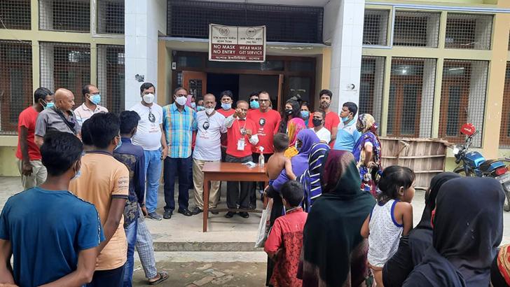 যশোরে 'মৈত্রীহাটে' অর্ধেক দামে মিলছে খাদ্যসামগ্রী