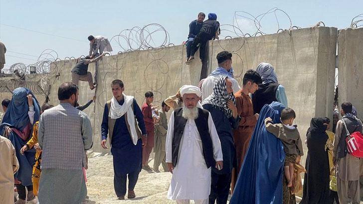 গত ১৬ আগস্ট কাবুলের হামিদ কারজাই বিমানবন্দরে  আফগান নাগরিকদের উপচে পড়া ভিড়। ছবি: রয়টার্স