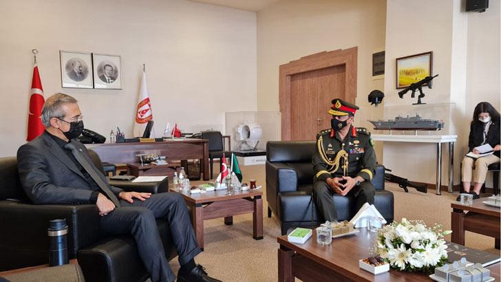 শুক্রবার (২০ আগস্ট) আন্তর্জাতিক প্রতিরক্ষা মেলা স্টল পরিদর্শন করছেন বাংলাদেশের সেনাপ্রধান জেনারেল এস এম শফিউদ্দিন আহমেদ। ছবি: আইএসপিআর
