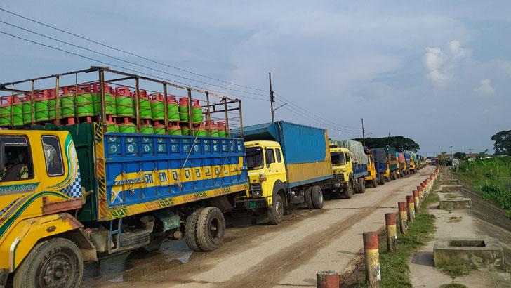 শরীয়তপুর-চাঁদপুর ফেরিঘাটে ৩ কিমি দীর্ঘ যানজট