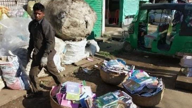 শ্রীমঙ্গলে ৮০০ কেজি সরকারি বই বিক্রি দিলেন প্রধান শিক্ষক