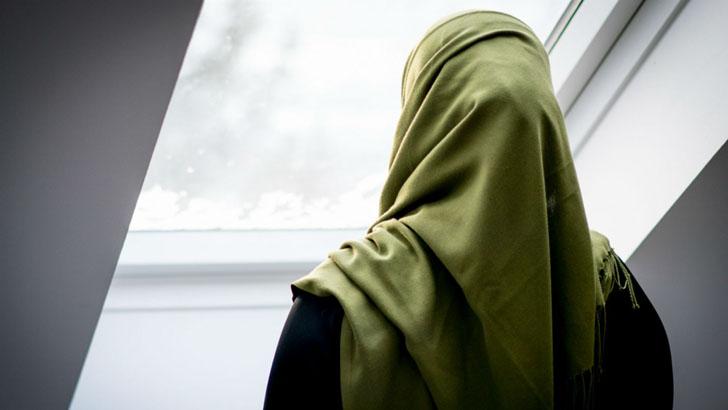 মুসলিম নারীর হিজাব জোর করে খুলে ফেলল মার্কিন পুলিশ