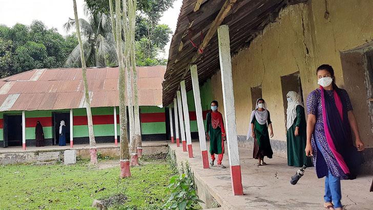 জানালাবিহীন ৪৮ দরজাবিশিষ্ট শতবর্ষী মাটির স্কুল