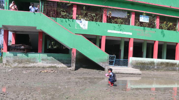 স্কুল আছে, রাস্তা নেই! দুর্ভোগে শতাধিক শিক্ষার্থী