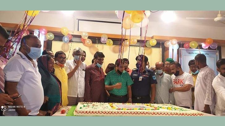 মির্জাপুরে ৭৫ পাউন্ডের কেক কেটে প্রধানমন্ত্রীর জন্মদিন পালন