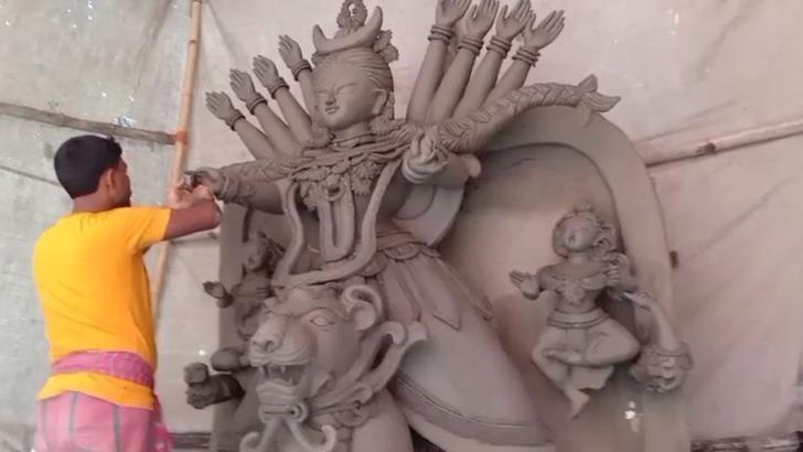 নিপুণ হাতের ছোঁয়ায় রূপ পাচ্ছে দুর্গা প্রতিমা
